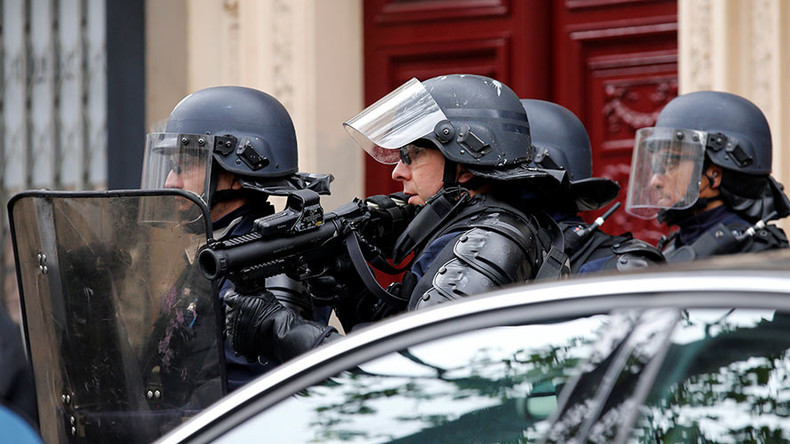 Police operation in Paris over 'youths threatening to blow up bus' (PHOTOS)