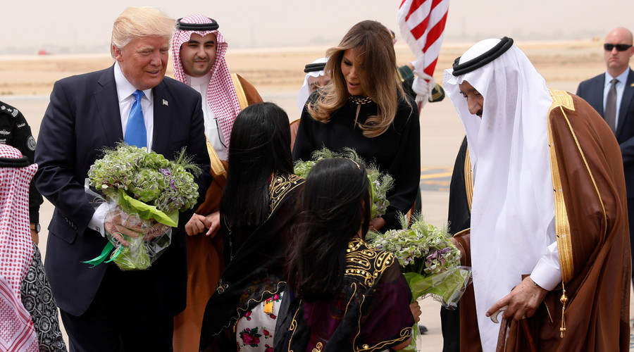 Melania opts to not wear traditional headscarf during Saudi Arabia visit (PHOTO)