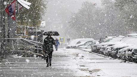Snow covers Moscow ahead of V-Day parade, on track to break 1922 precipitation record (PHOTOS)