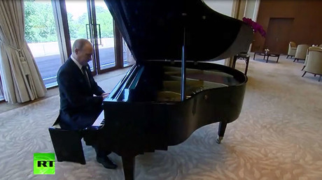 Virtuoso-in-chief: Putin plays anthems of Russia's capitals during intl forum in China (VIDEO)