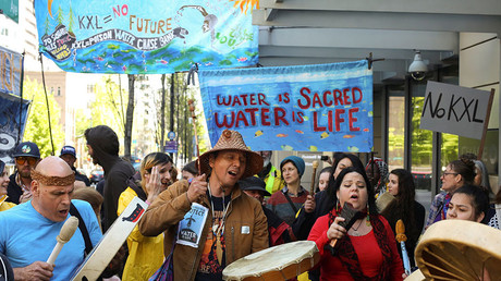 Native American leaders and climate activists join together in song outside of a Chase Bank location, to oppose the Keystone XL pipeline, in Seattle, Washington. © Reuters