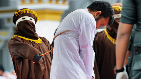 An Indonesian man (C), one of two to be publicly caned for having sex, is caned in Banda Aceh on May 23, 2017 © Chaideer Mahyuddin