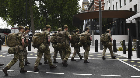 British soldiers arrive by bus and head toward a building next to New Scotland Yard police headquarters near to the Houses of Parliament in central London on May 24, 2017. © AFP