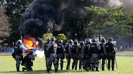 Riot police officers clash with demonstrators in Brasilia, Brazil, May 24, 2017 © Paulo Whitaker