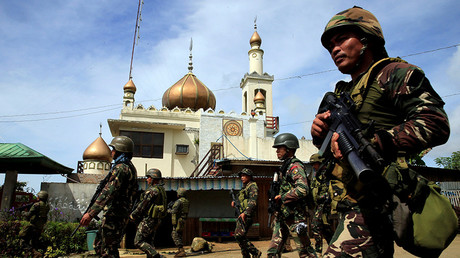 Government troops walk past a mosque before their assault with insurgents from the so-called Maute group, who have taken over large parts of Marawi City, southern Philippines May 25, 2017. REUTERS © Romeo Ranoco