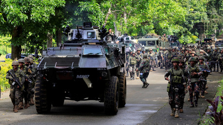 An armoured personnel carrier and government troops, Philippines May 25, 2017. © Romeo Ranoco