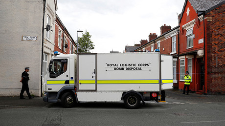 A bomb disposal unit and police officers stand outside a street in Moss Side, Manchester, Britain May 27, 2017 © Phil Noble