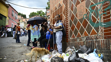 People line up to buy basic food and household items outside a supermarket in the poor neighborhood of Lidice, in Caracas, Venezuela. © Ronaldo Schemidt