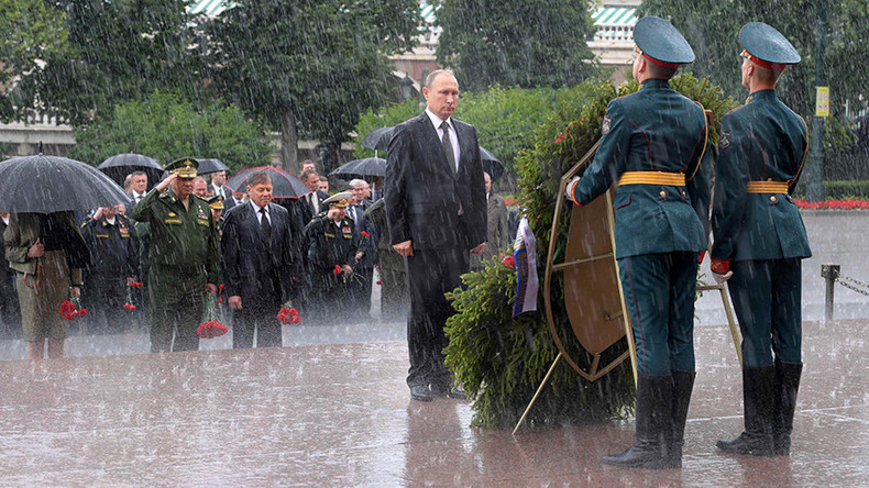 Kim Dotcom trolls Obama with badass photo of Putin standing in rain