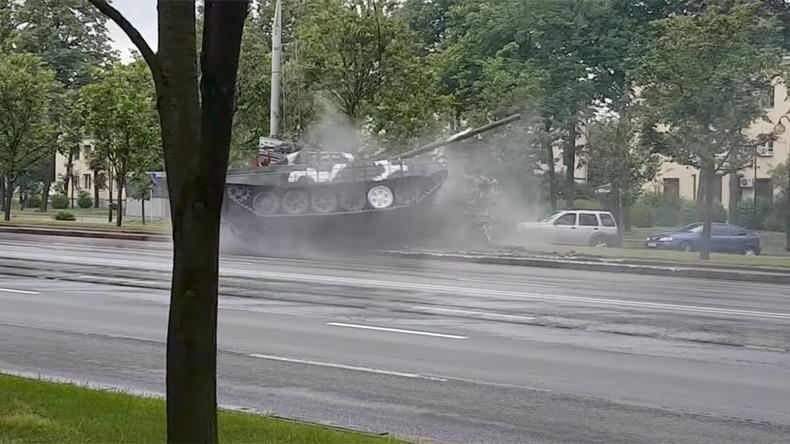 Minsk drift: Speeding tank spins & knocks over lamppost in Belarusian capital (VIDEO, PHOTOS)