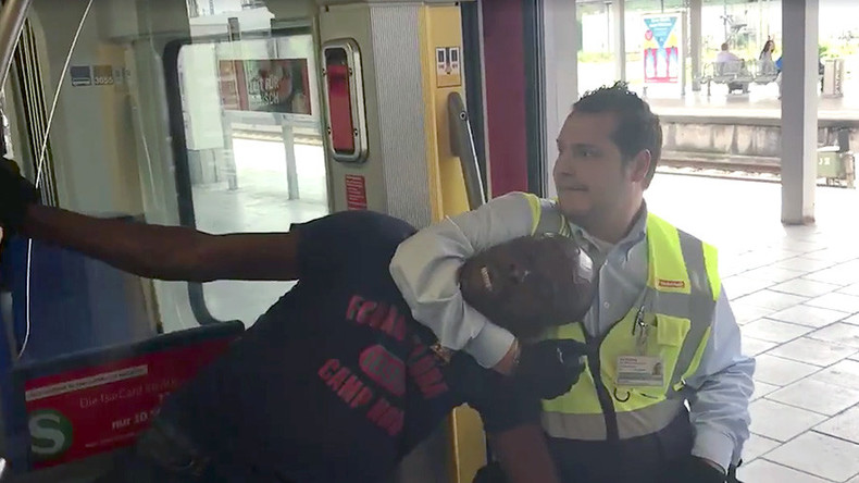 Black man brutally pulled out of train by inspectors in Munich (VIDEO)