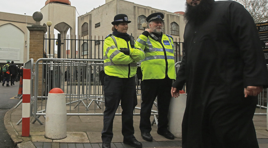 Police taser man attacking people outside London mosque with 'shoehorn' (VIDEO)
