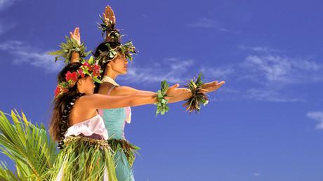 Two women in costume perform traditional hula dance, Hawaiian Islands. © Danita Delimont / Global Look Press