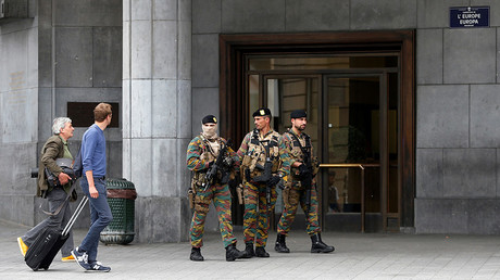 Belgian soldiers patrol outside the central train station where a suspect package was found, in Brussels, Belgium, June 19, 2016 © Francois Lenoir