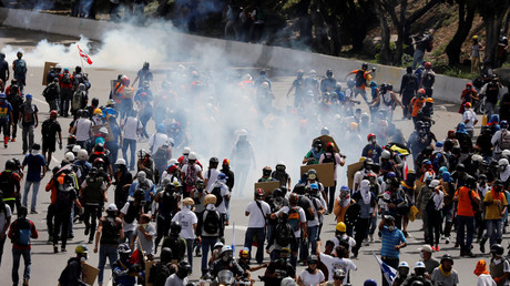 Demonstrators clash with riot security forces while rallying against Venezuela's President Nicolas Maduro's government in Caracas © Carlos Garcia Rawlins