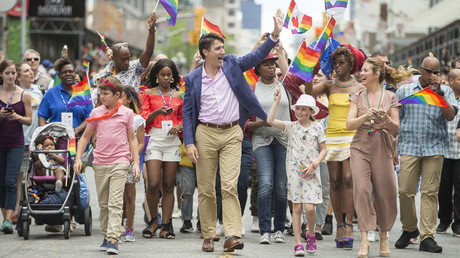 Prime Minister Justin Trudeau waves to the crowd as he, his wife Sophie Gregoire Trudeau and their children Xavier and Ella-Grace march in the Pride Parade in Toronto, June 25, 2017 © Geoff Robins