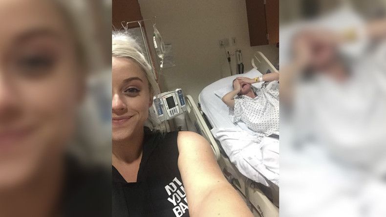 Sister snaps selfie as mother-to-be writhes in pain (PHOTO)