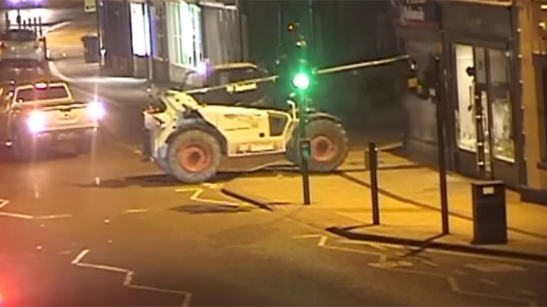 UK criminals steal ATM using forklift truck as battering ram (VIDEO)