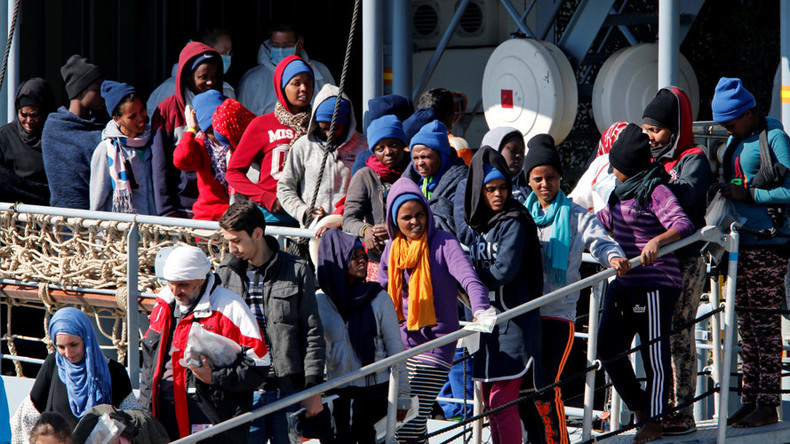 Italy in 'tug of war' with EU over migrants, may give them visas