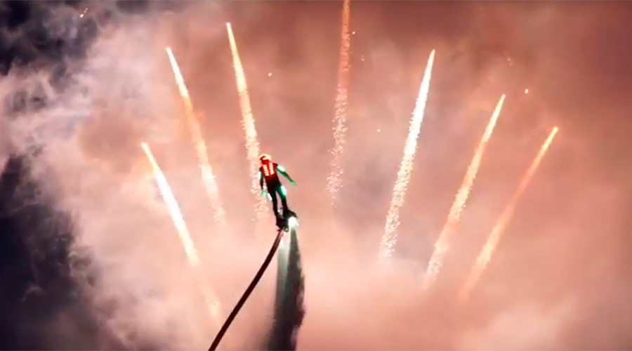 Russian flyboarders color the night with spectacular show (VIDEO)