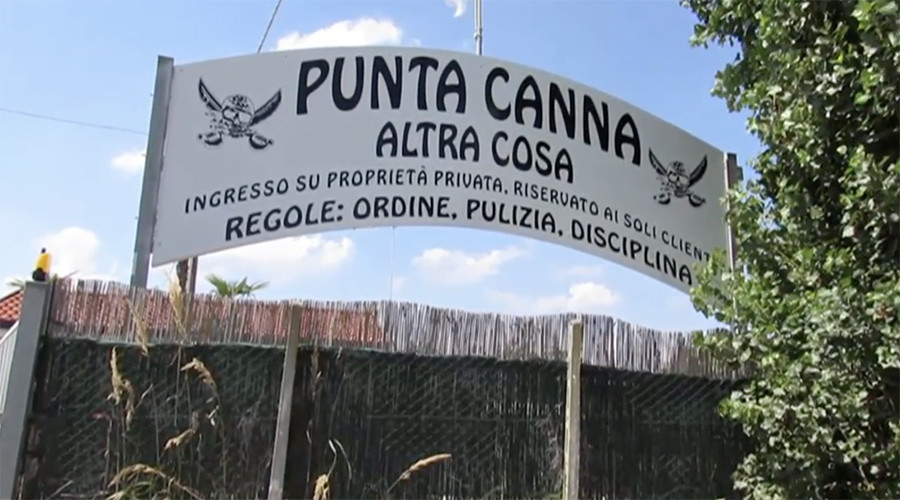 Fascist Mussolini-style posters ordered removed from Italian beach venue (VIDEO)