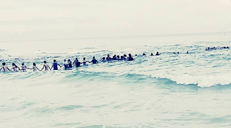 100-strong human chain rescues family from clutches of death at Florida beach (PHOTOS)