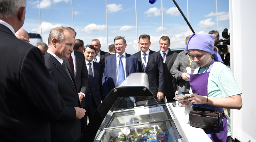 Putin trolls rich Rostec exec while buying ice cream for entourage at MAKS Air Show (VIDEO)