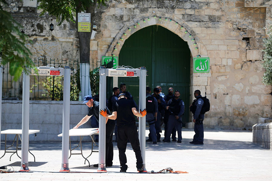 Jew Detector: Police Close Off Temple Mount To Jews Over Rules Violation