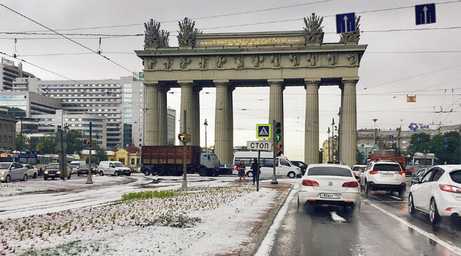 Snowballs in July? St. Petersburg covered with piles of 'snow' (PHOTOS, VIDEO)
