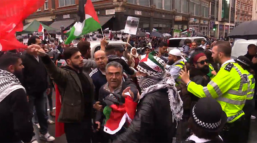 Pro-Palestinian & pro-Israeli protesters face off outside Israeli embassy in London (VIDEO)
