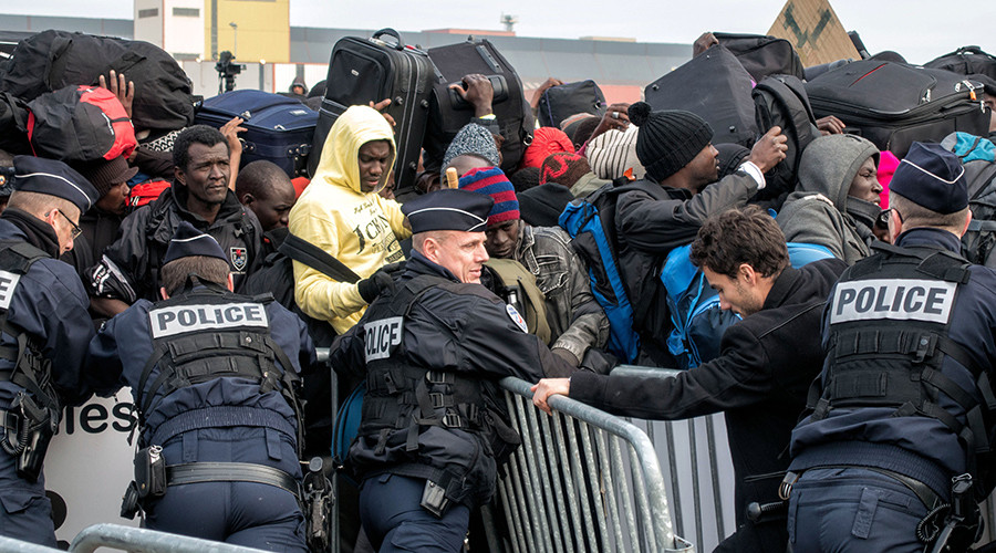 French police 'routinely' pepper spray innocent migrants, incl. children, in Calais - HRW