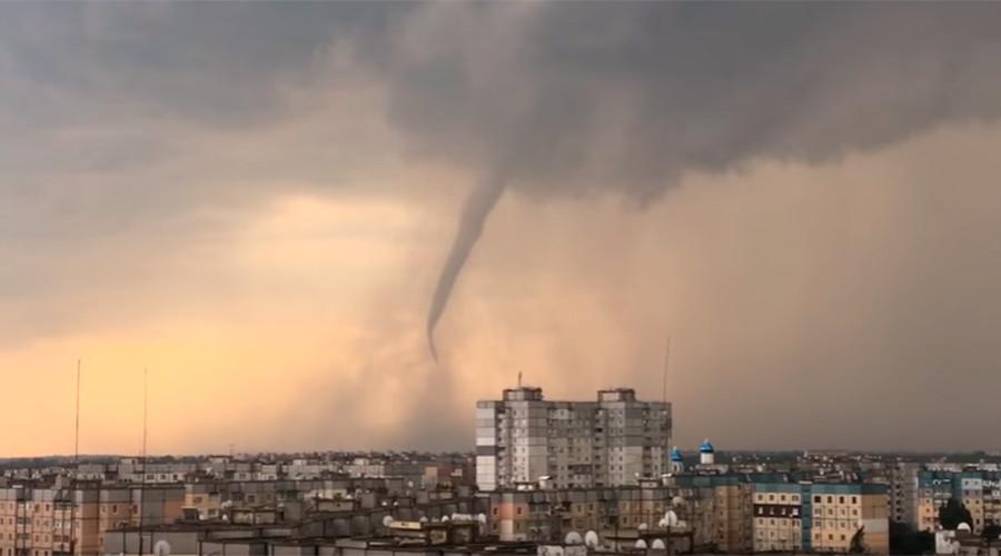 Menacing tornado forms in the skies over central Ukraine (VIDEOS)
