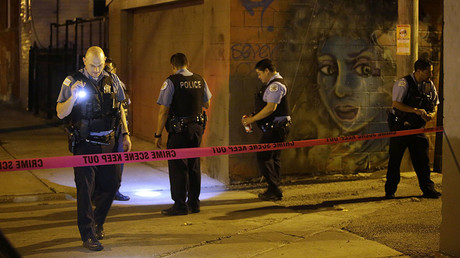 FILE PHOTO. This file photo taken on July 2, 2017 shows Chicago Police officers as they investigate the crime scene where a man was shot in the alley in the Little Village neighborhood in Chicago, Illinois. © AFP