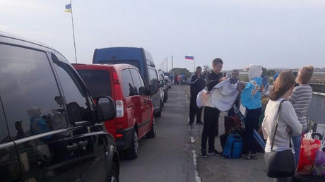 Tourist blockade? Ukrainians bound for Crimea have to spend hours at own border checkpoints (PHOTOS)