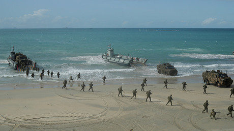 Soldiers from the Australian Army's 3rd Brigade march across Langham Beach after an amphibious assault landing during the Talisman Saber joint military exercises. July 13, 2017 © Jason Reed