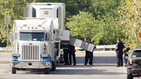 Police officers work on a crime scene after illegal immigrants were found dead inside a sweltering 18-wheeler trailer. San Antonio, Texas, U.S. July 23, 2017 © Ray Whitehouse
