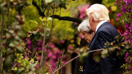 US President Donald Trump (R) talks to Britain's Prime Minister Theresa May © Jonathan Ernst