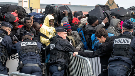 Several hundred people are waiting for their registration and the distribution for buses near the 'Jungle' camp near Calais © Arnulf Stoffel / Global Look Press