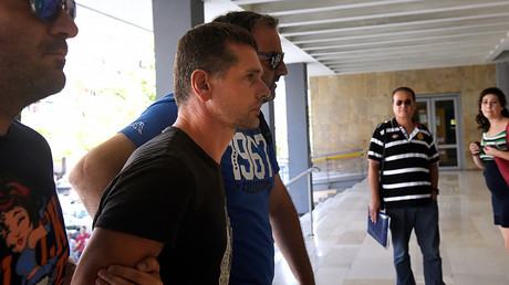 Alexander Vinnik, a 38 year old Russian man (2nd L) suspected of running a money laundering operation, is escorted by plain-clothes police officers to a court in Thessaloniki, Greece July 26, 2017. © Alexandros Avramidis