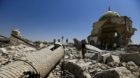 A member of the Iraqi Counter Terrorism Service stands next to the ruined Grand al-Nuri Mosque in the Old City of Mosul, Iraq July 20, 2017. © Thaier Al-Sudani