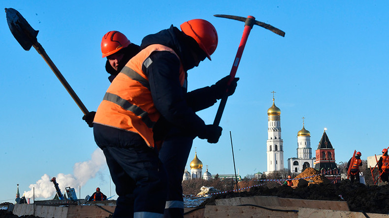 Sledgehammers vs shovels: Mass migrant workers brawl in Moscow caught on camera (VIDEO)