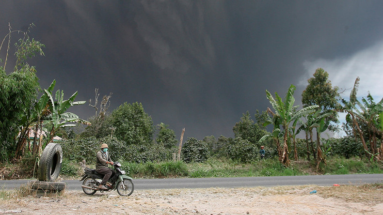 Volcanic ash cloud sparks 'doomsday' scenes on Indonesian island (PHOTOS, VIDEOS)