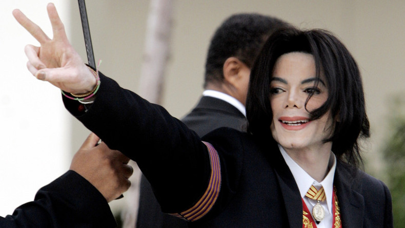 Rio cops pursue gang which armed Michael Jackson statue with rifle
