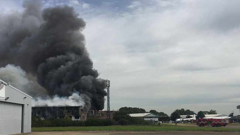 Explosion near Southend Airport, UK, black smoke rising from air hangar (VIDEO)