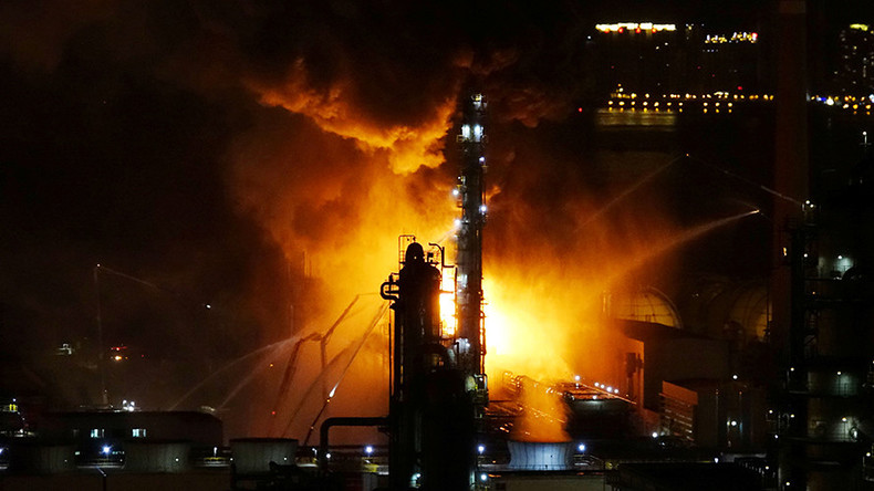 600 firefighters battle raging inferno at Chinese oil refinery  (VIDEOS, PHOTOS)