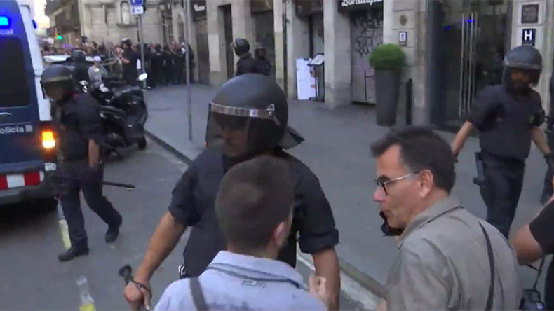 Scuffles in Barcelona between far-right & counter-protesters following terrorist attack (VIDEO)