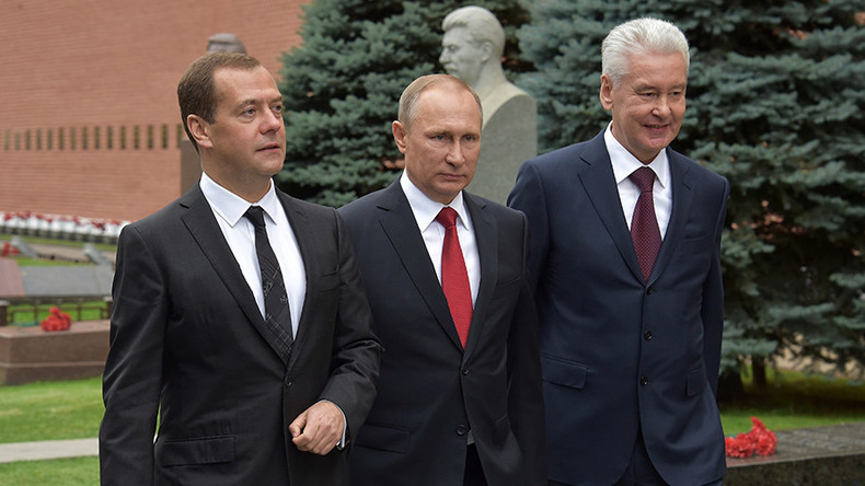 PM Medvedev closest to Putin in fresh rating of influential Russian politicians
