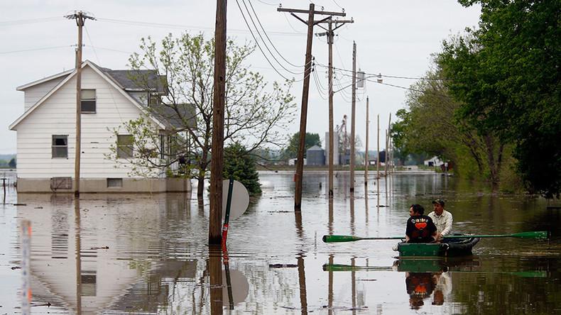 'Historic' flash floods in Kansas City leave people stranded