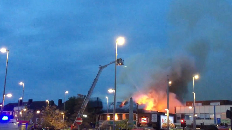 100 firefighters battle blaze in northeast London, arson suspected - reports (PHOTOS, VIDEOS)