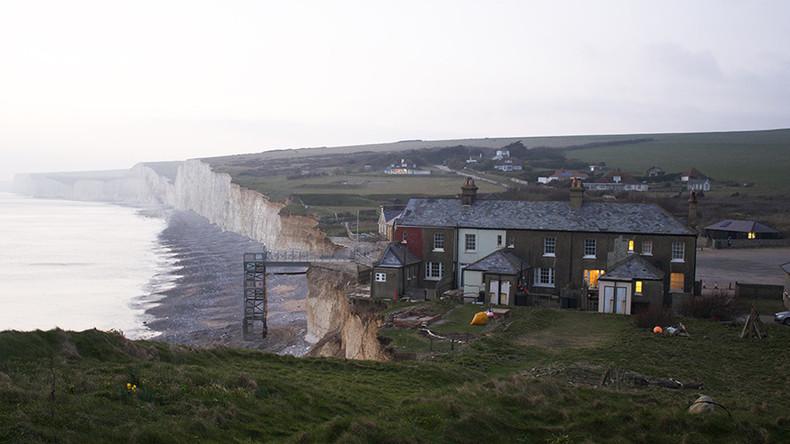 British beach evacuated after 'chlorine cloud' burns people's eyes (PHOTOS)
